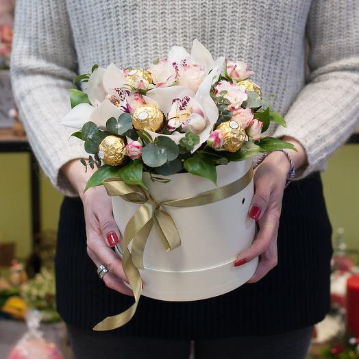 """Шляпная коробка из орхидей с конфетами """"Джени"""": букеты цветов на заказ Flowwow"""