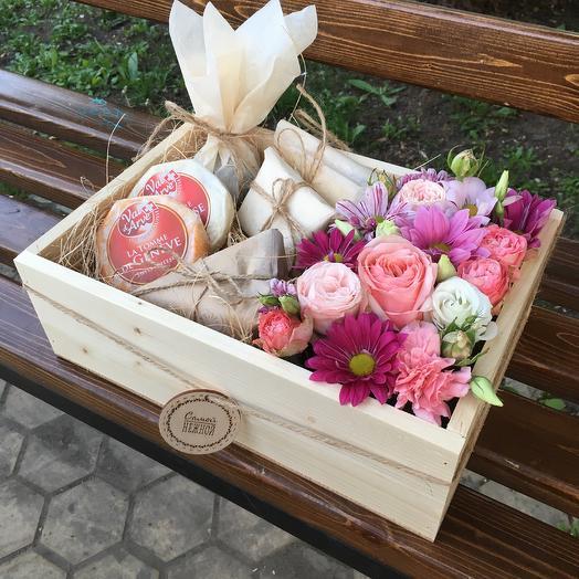 Композиция с цветами и ассорти из сыров: букеты цветов на заказ Flowwow
