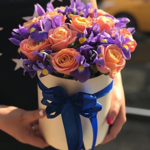Коробочка микс из персиковых роз с ирисами Z72: букеты цветов на заказ Flowwow