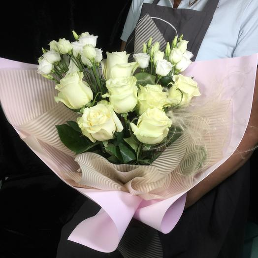 Нежный букет из белых роз и эустомы