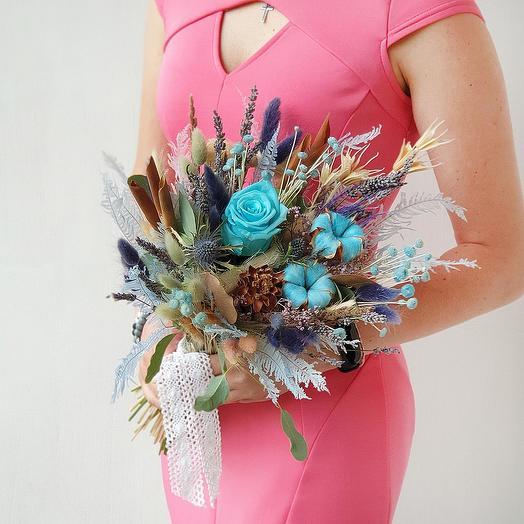 Нежный голубой букет из сухоцветов и стабилизированной розы