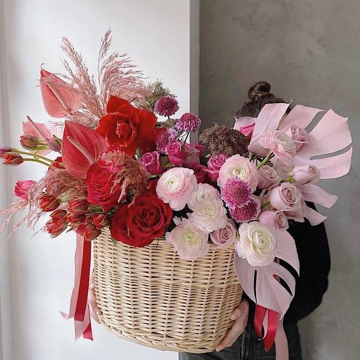 Корзина с цветами Розы и ранункулюсы