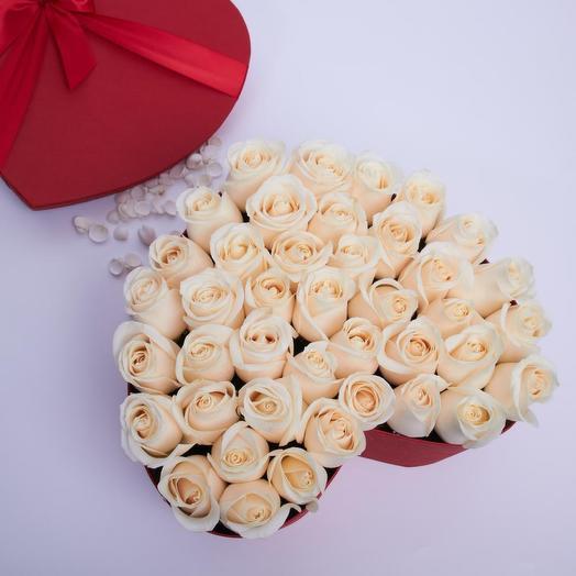 35 роз премиум в шляпной коробке в форме сердца