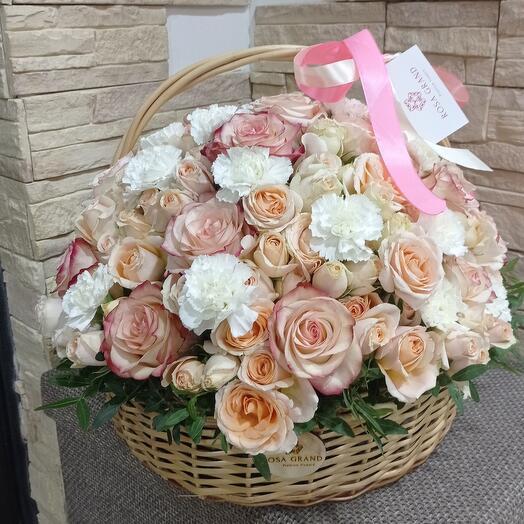 Корзина с розами и гвоздикой