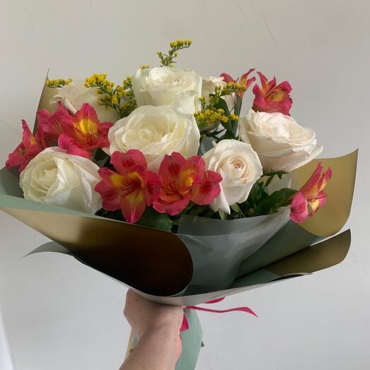 Букет с белыми розами и альстромерией