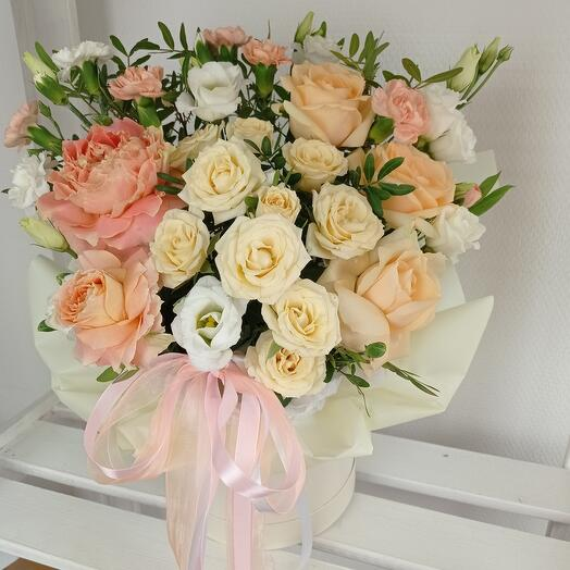 """""""Карамелька"""" С розами и эустомой в шляпной коробке"""