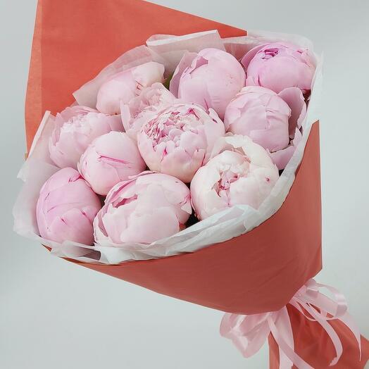 11 розовых пионов с оформлением