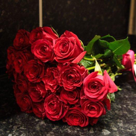 Букет из 21 красной голландской розы 70 см: букеты цветов на заказ Flowwow
