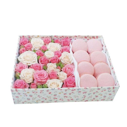 Нежные цветы в коробке с макарони