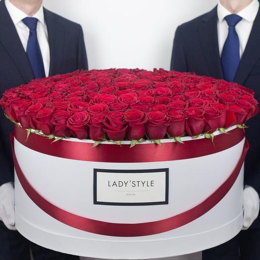 Эквадорские розы в шляпной коробке Royal: букеты цветов на заказ Flowwow