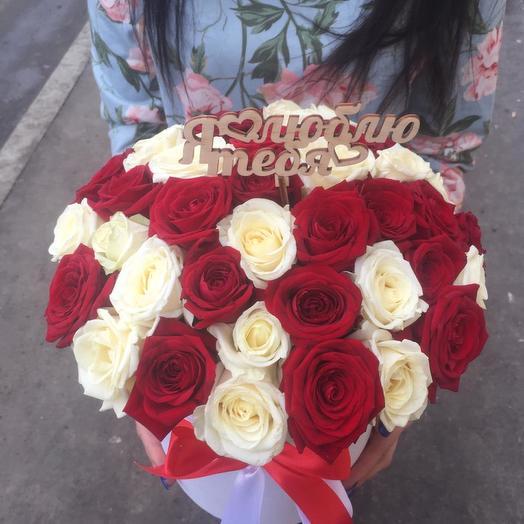Коробка из красно-белых роз: букеты цветов на заказ Flowwow