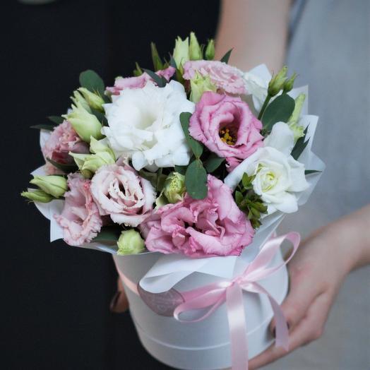 Комплимент в коробке: розовая и белая эустома: букеты цветов на заказ Flowwow