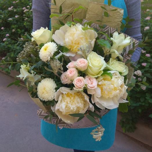 Нежный букет из пионов, роз и каллистефуса в стильной упаковке: букеты цветов на заказ Flowwow