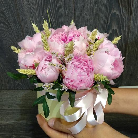 Мини коробочка с пионами, пшеницей и лимониумом: букеты цветов на заказ Flowwow