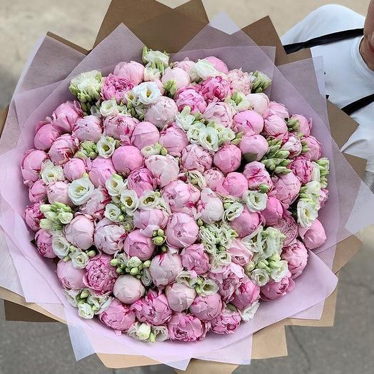 Нежный букет с пионами и эустомой: букеты цветов на заказ Flowwow