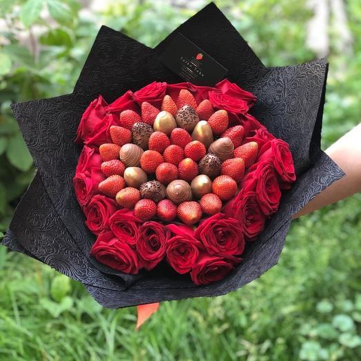 Букет с клубникой и розами: букеты цветов на заказ Flowwow