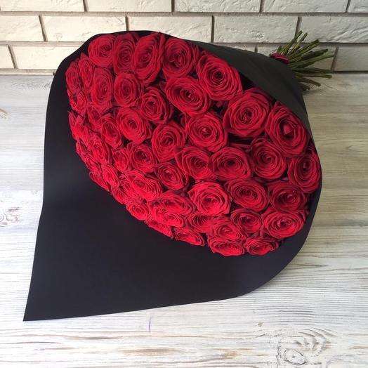 51 красная роза 🌹 в черной дизайнерской бумаге