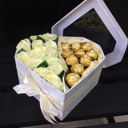 Сердце с конфетами и розами