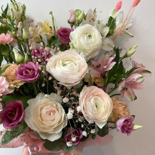 Цветы в коробке с пионовидными ранункулюсами
