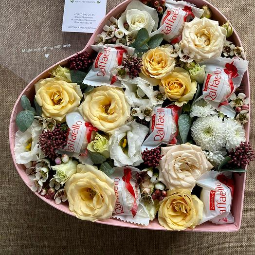 Цветы в коробке «сердце с Рафаэлло»