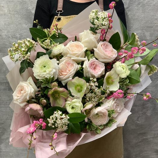 Большой весенний букет с ранункулусами ароматной розой и веточками сакуры