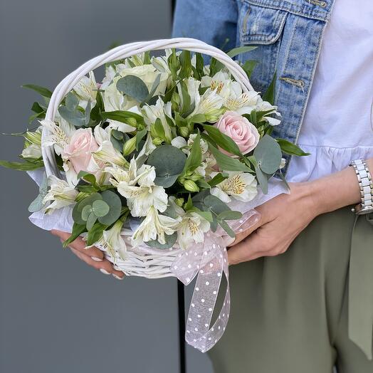 Корзина Моя Нежная с розовыми розами и альстромерией