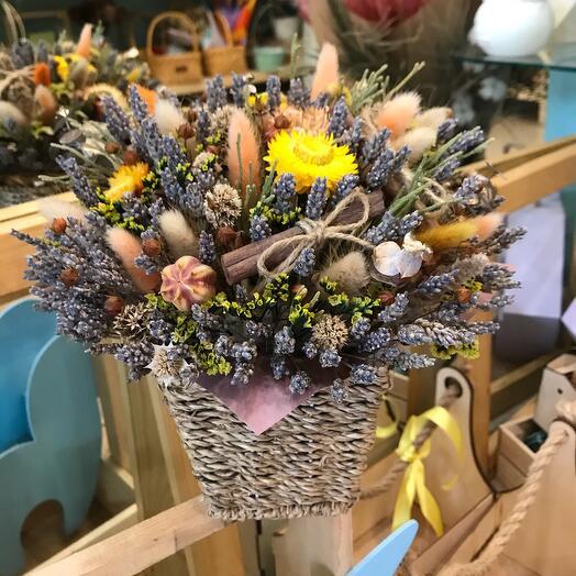 Плетеное кашпо с сухоцветами Яркое лето