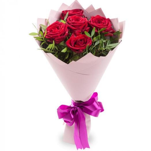 Букет комплимент 5 роз в оформлении