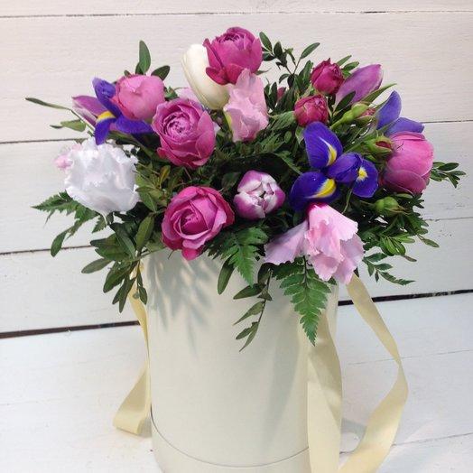 Круглая коробка с ирисами и розами