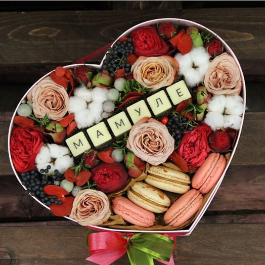 Пламенная сладкая коробочка с конфетами и пирожными ко дню мамомочки: букеты цветов на заказ Flowwow