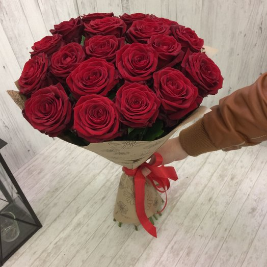 Красные розы в крафт бумаге: букеты цветов на заказ Flowwow