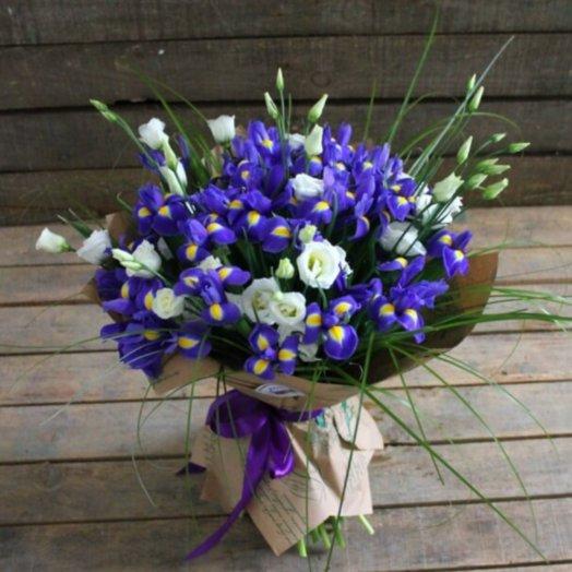 Букет ирисов и белоснежной эустомы.: букеты цветов на заказ Flowwow