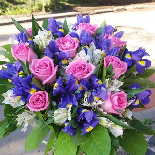 Букет с ирисами , розами и альстромерией. Синеглазка