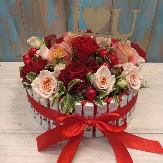Круглая композиция из роз со вставкой: букеты цветов на заказ Flowwow