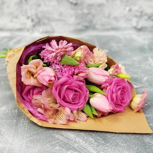 Стильный букет из роз, тюльпанов и лизиантуса