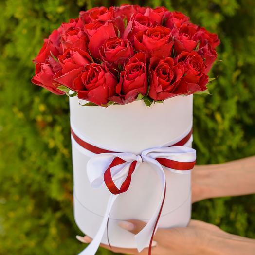 Букет из 29 красных роз в шляпной коробке