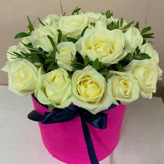 25 белых роз с зеленью в коробке