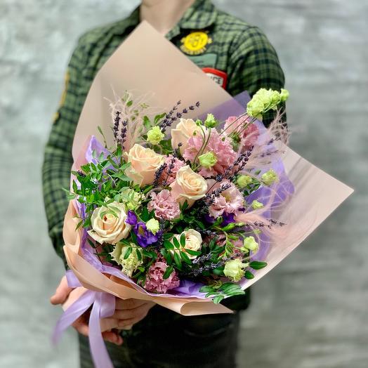 Букет «Нежные объятия» с розами,лизиантусом и ароматными фрезиями