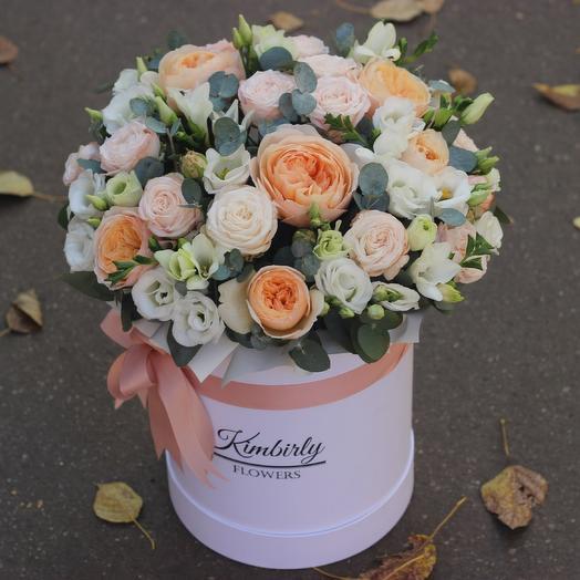 Пионовидные розы и эустома в шляпной коробке