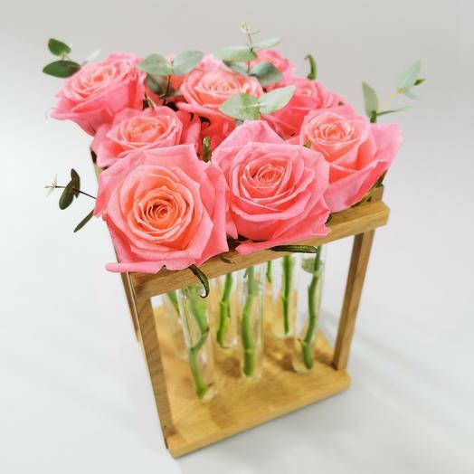 Розы в деревянной подставке и стеклянных колбах