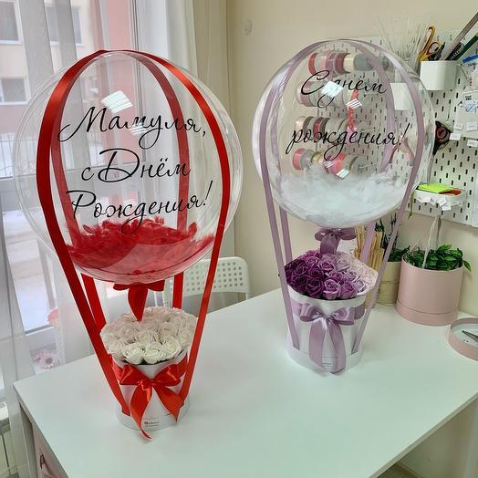 Букет 25 белых мыльных Роз с шаром баблс в красном оформлении