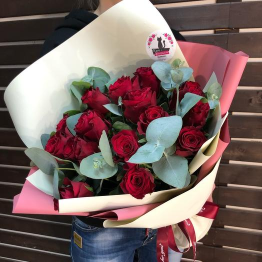 15 Красных роз с эвколиптом