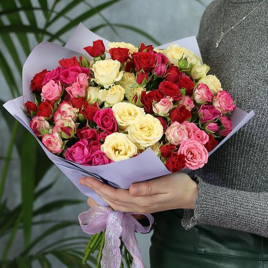 15 кустовых роз яркий микс Кения 50 см