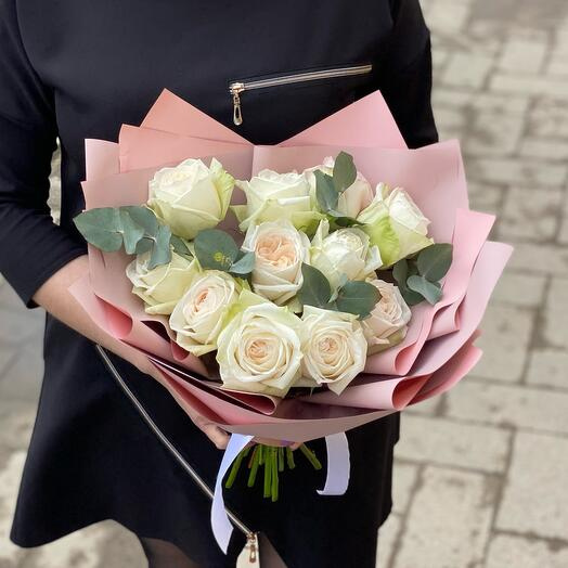 Букет из ароматных роз Вайт Охара с эвкалиптом