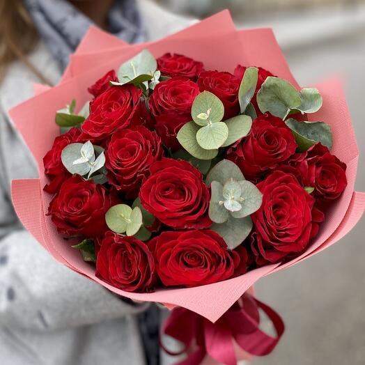 15 роз с эвкалиптом