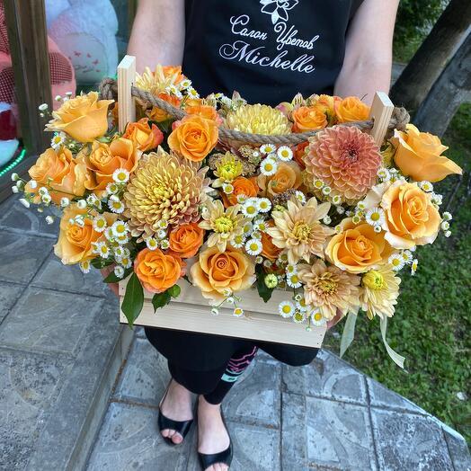 Яркий ящик с розами и хризантемой 💛