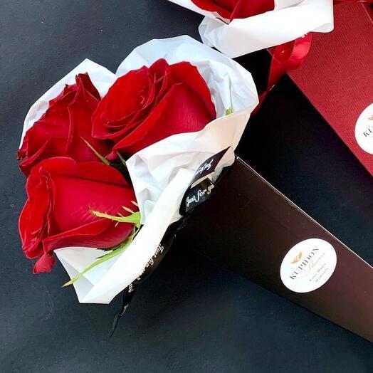 Чёрный конус с красными розами