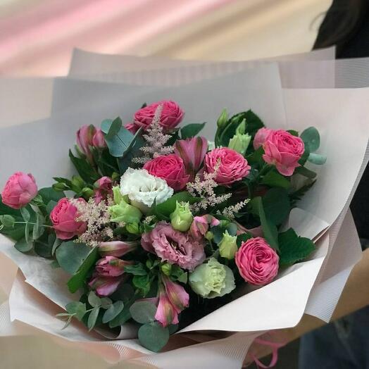 Букет с розовыми кустовыми розами