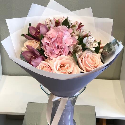 Букет роза с орхидеей и гортензией