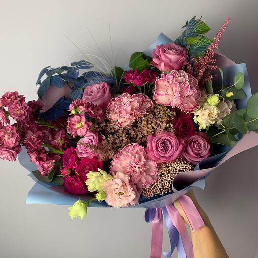 Букет с розами и маттиолой